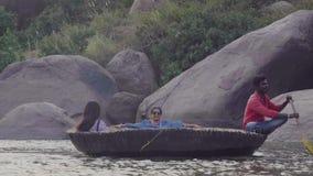 Rzeka w Indiańskiej wiosce z zniszczonymi budynkami i ludźmi zbiory
