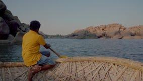Rzeka w India?skiej wiosce z zniszczonymi budynkami zbiory wideo