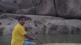 Rzeka w India?skiej wiosce z zniszczonymi budynkami zdjęcie wideo