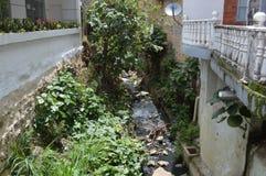 Rzeka w miastowej architekturze Obraz Stock