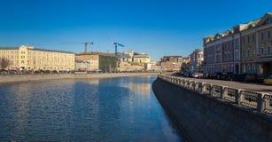 Rzeka w mieście Obrazy Royalty Free