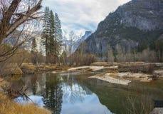 Rzeka w przedpolu z odbiciem las i góry Zdjęcia Royalty Free