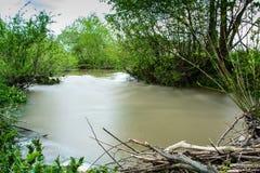 Rzeka w Ukraińskiej wsi podczas powodzi obraz stock