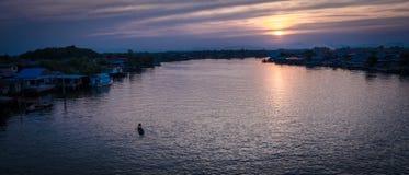 Rzeka w wieczór błękicie i złocie Obraz Stock