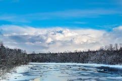 Rzeka w wio?nie przeciw niebieskiemu niebu z chmurami obraz stock