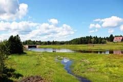 Rzeka w wsi Fotografia Royalty Free