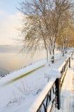 Rzeka w zimie śnieg wokoło Fotografia Royalty Free