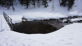 Rzeka wewnątrz z śniegiem zdjęcie stock
