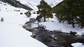 Rzeka wewnątrz z śniegiem zdjęcie royalty free