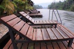 Rzeka, widok górski i basen willa krzesło drewnianego i stalowego obrazy royalty free
