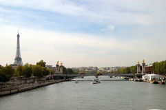 rzeka wieżę eiffel sekwany obraz stock