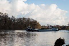 Rzeka z łodzią -2 Obrazy Stock