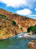 Rzeka z kryształem - jasne wody w Andes pasmie górskim, południe Chile, San Clemente obrazy stock