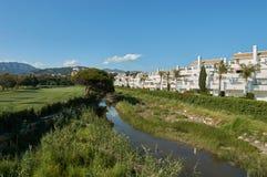Rzeka z mieszkaniami Fotografia Royalty Free