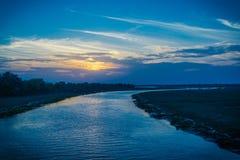 Rzeka z niebieskim niebem obraz stock