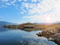 Rzeka z niebieskim niebem Zdjęcia Royalty Free