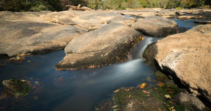 Rzeka z skałami i małymi siklawami Obrazy Royalty Free