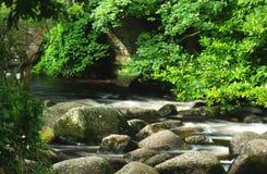Rzeka z skałami i mostem Obrazy Royalty Free