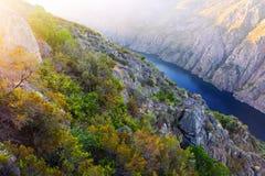 Rzeka z wysokimi skalistymi bankami Zdjęcia Royalty Free