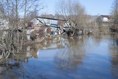 Rzeka zaczyna zalewać w wiośnie, zalewa banki Zdjęcia Royalty Free