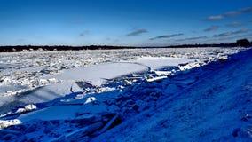 Rzeka zakrywająca z stosami lodowi kawałeczki obrazy royalty free