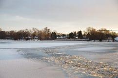 Rzeka zakrywająca lodem Fotografia Royalty Free