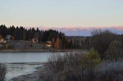 Rzeka zalewająca w wiośnie obrazy stock