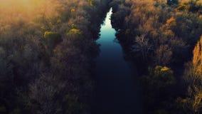 Rzeki i jesieni drzewa i żeglowanie łódź podczas zmierzchu, powietrzny trutnia wideo zdjęcie wideo
