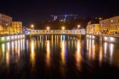 Rzeki i mosta nocy strzał z Długim exposé obraz stock