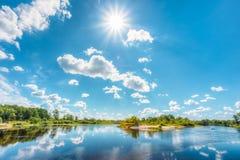 Rzeki Krajobrazowy lato słoneczny dzień Naturalna wyspa Zdjęcie Royalty Free
