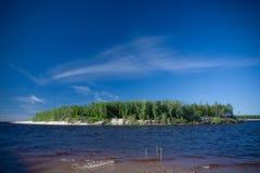 Rzeki Krajobrazowy lato słoneczny dzień nikt Słońce połysk W niebieskim niebie Z chmurami Obrazy Royalty Free
