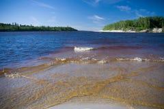 Rzeki Krajobrazowy lato słoneczny dzień nikt Słońce połysk W niebieskim niebie Z chmurami Zdjęcie Stock