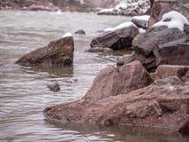 Rzeki krawędzi zakończenie Up Podczas śniegu Obrazy Stock