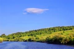 Rzeki, lasowej i samotnej chmura, Obrazy Royalty Free