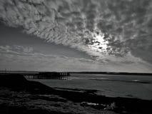 Rzeki mola nieba plaży bridżowy zmierzch Obrazy Royalty Free
