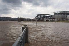 Rzeki Ohio powodzi above scena w w centrum Cincinnati Fotografia Stock