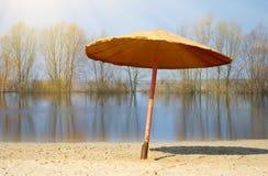 Rzeki plaża w wiosna sezonie. Zdjęcie Stock