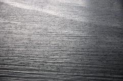 Rzeki powierzchnia z deszcz kroplami na nim obrazy royalty free