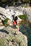 rzeki rockowa dopatrywania kobieta Obrazy Royalty Free