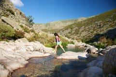 rzeki skały kroka kobieta Fotografia Stock
