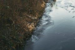 Rzeki strona na zimnym dniu z odbiciem Obrazy Stock