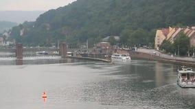 Rzeki, tamy, kędziorka i odprowadzenie silnika statek, Heidelberg, Ziemski Baden-WÃ ¼ rttemberg, Niemcy zbiory wideo