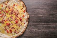 Rzemieślnik pizza przeciw ciemnemu drewnianemu tłu Odbitkowa astronautyczna pizza zdjęcie stock