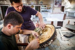 Rzemieślnicy rzeźbi talerze Fotografia Stock