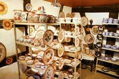 Rzemieślników handmade ceramiczni potties w małym sklepie i talerze Obraz Stock