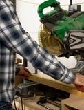 Rzemieślnik mierzy kawałek drewno ciąć je sortować na miters aw Fotografia Stock