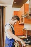 Rzemie?lnik pracuje w kuchni zdjęcia stock