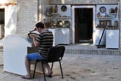 Rzemieślnik pracuje w sklepie w Bukhara obrazy stock