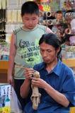 Rzemieślnik robi pamiątkom na Dazhalan Handlowej ulicie, nie daleko od Tienanmen kwadrata, Zdjęcie Stock