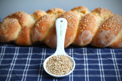rzemieślnik splatał bochenka chlebowego sezamu Fotografia Stock